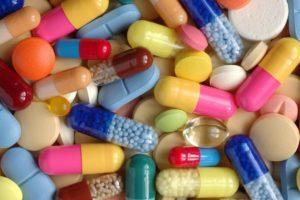 Разнообразие таблеток на столе