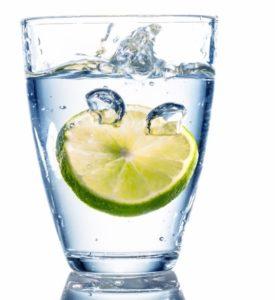 Стакан чистой воды для соблюдения питьевого режима