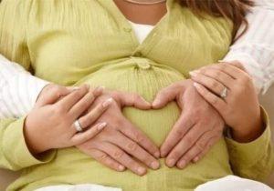 Муж обнимает живот беременой жены