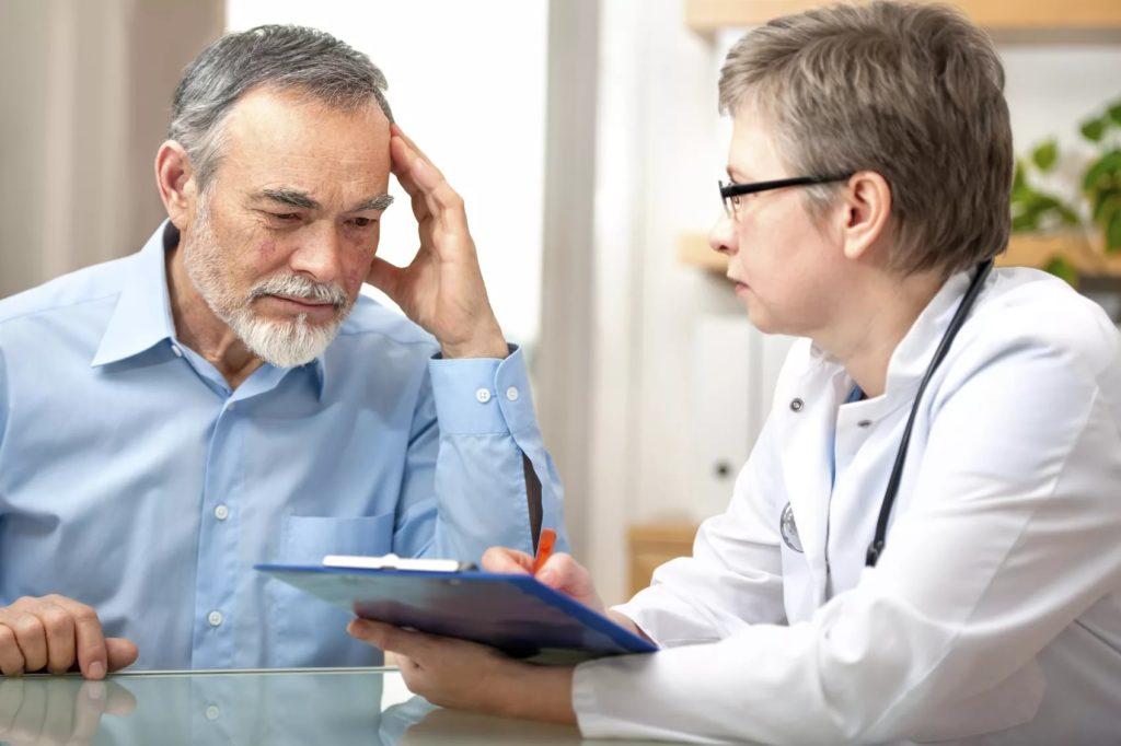 Врач дает рекомендации больному