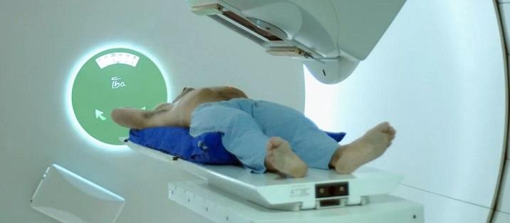 Пациент готовится к процедуре облучения