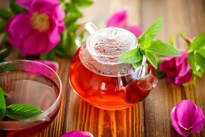Чайник с настойкой цветков шиповника