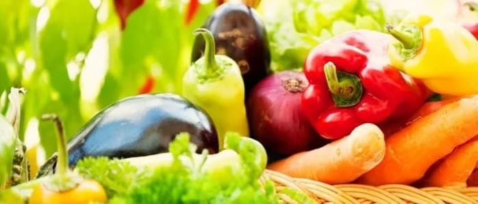 Несколько разных овощей: морковь, сладкий перец, баклажаны, зелень