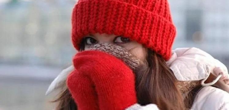 Девушка оделась по погоде, чтобы не продуло