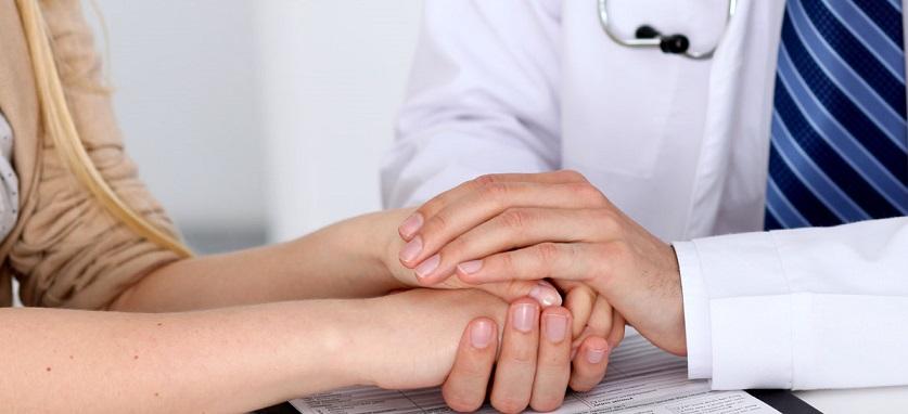 Доктор успокаивает больного