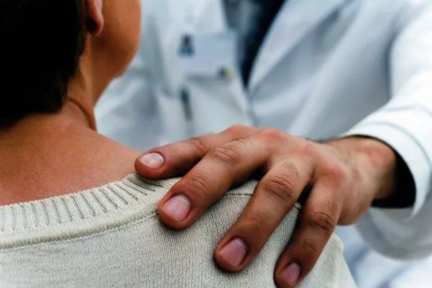 Доктор хлопает по плечу больного